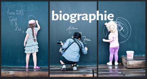 Une biographie de naissance, ça ressemble à ça: 2 enfants qui dessinent sur un tableau à la craie - Un homme entre les deux écrit, accroupi