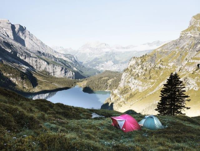 Aventure dans les montagnes. Deux tentes au milieu des montagnes. Des aventures, un récit biographique à écrire