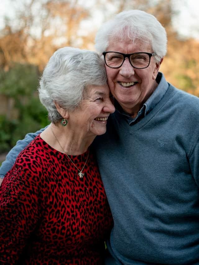 Grands parents qui s'enlacent
