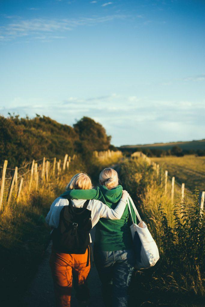 2 personnes - Un couple, 2 amies - Elles marchent, Elles sont proches, elles vont écrire une biographie à deux voix.