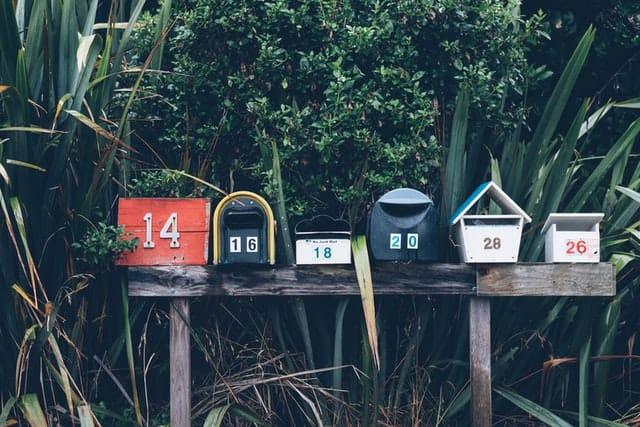 Plusieurs boites aux lettres côte à côte pour poster le courrier